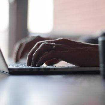 Mensch programmiert neue Webseite am Laptop